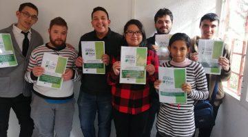7 participantes sonrientes con su temario