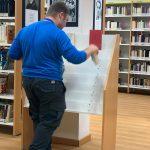 Jorge, en las prácticas en la biblioteca de Arganda del Rey