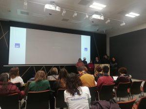 El grupo en las instalaciones de Axa hablando