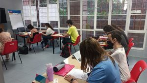 personas estudiando
